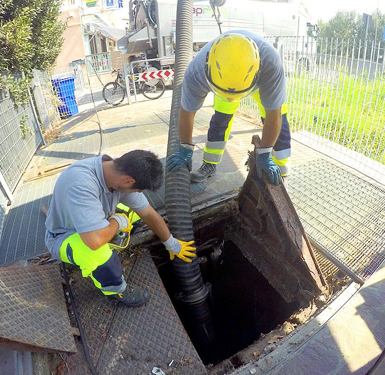 operatori ambientali all'opera in città per Gruppo SPaggiari, servizi ambientali Parma, Espurgo cittadino