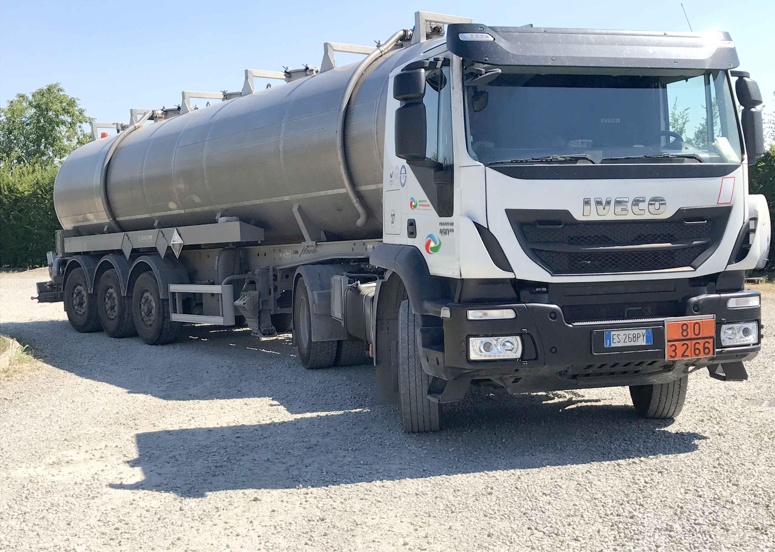 camion per la gestione di rifiuti per enti e attività, anche per rifiuti ADR, di Gruppo Spaggiari - trasporto e gestione rifiuti